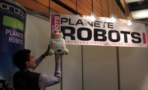 Le robot Papero de NEC devant le stand Planète Robots