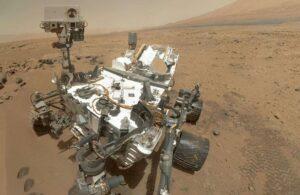 Le robot Curiosity se prenant en photo lui-même, sur Mars, grâce à son bras téléscopique.