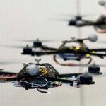 Les robots quadricoptères de Vijay Kumar travaillent en essaim, et jouent le thème de James Bond !