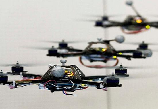 De mini-robots volants (quadricoptères) jouent le thème de James Bond