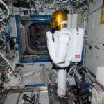 Robotnaut 2 à bord d'ISS effectuant ses premiers tests
