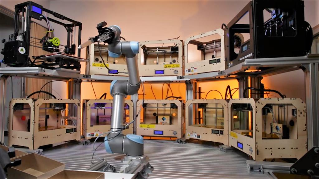 Un bras robotisé capable de gérer plusieurs imprimantes 3D