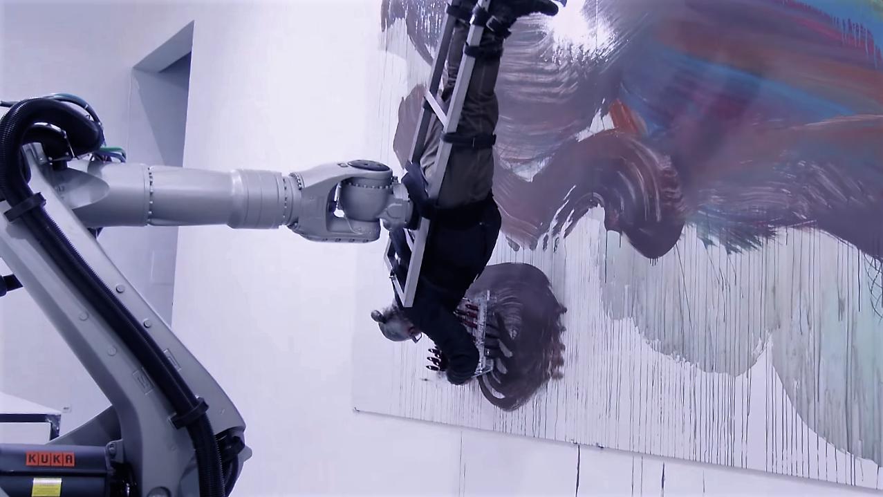 """Un artiste et un robot font """"corps"""" pour peindre"""