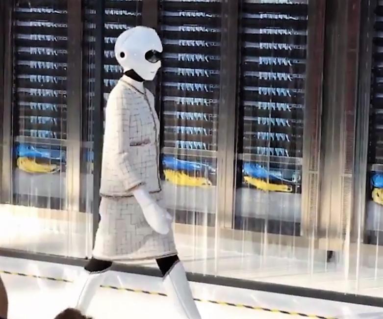 Des robots défilent pour Chanel