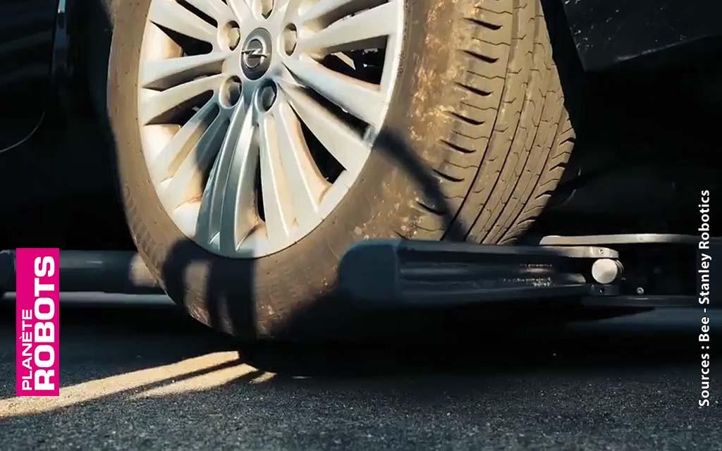 Les robots portent les voitures sur des plateaux