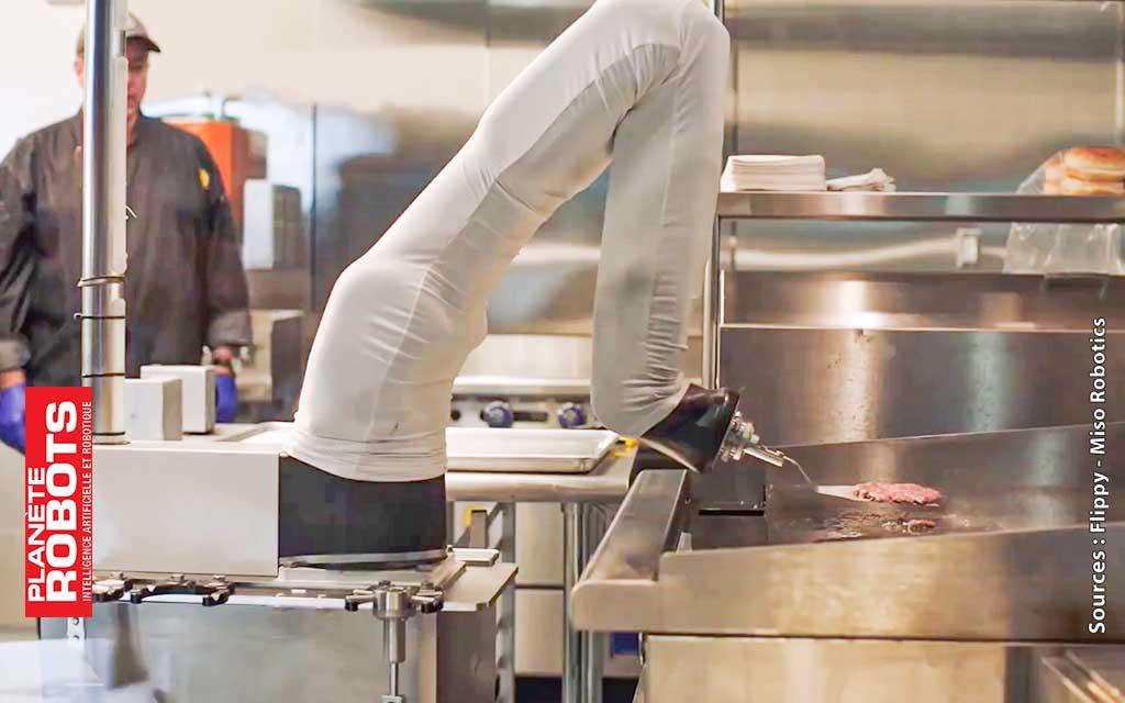 Le robot Flippy en train de retourner un steak