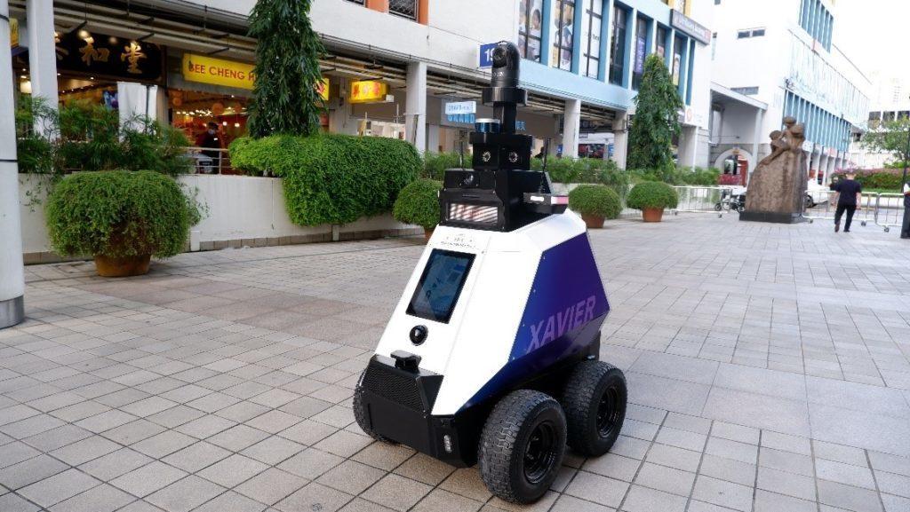 Le robot policier Xavier dans les rues de Tao Payoh Central