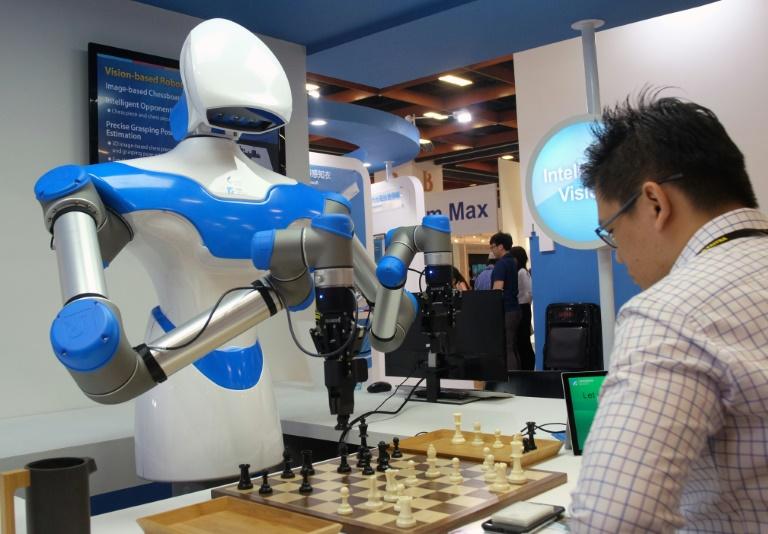 Un androïde joue aux jeu d'échecs contre un humain.