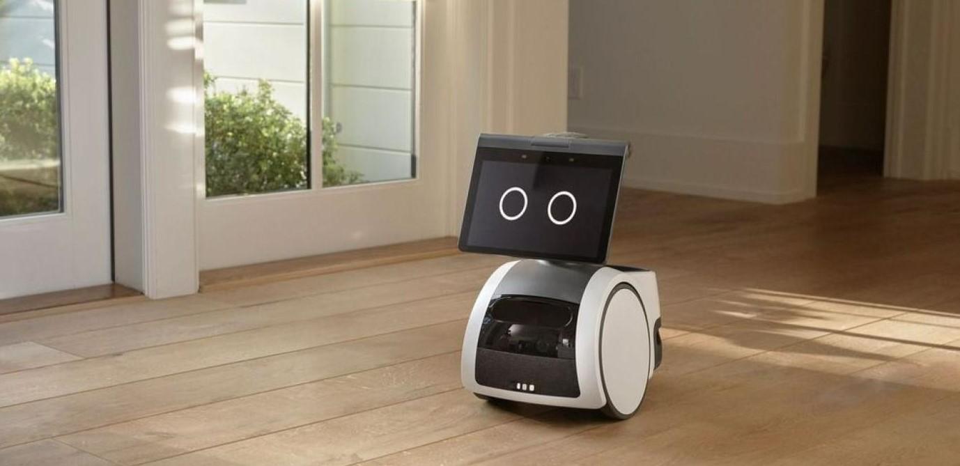Le robot Astro patrouille dans un appartement.