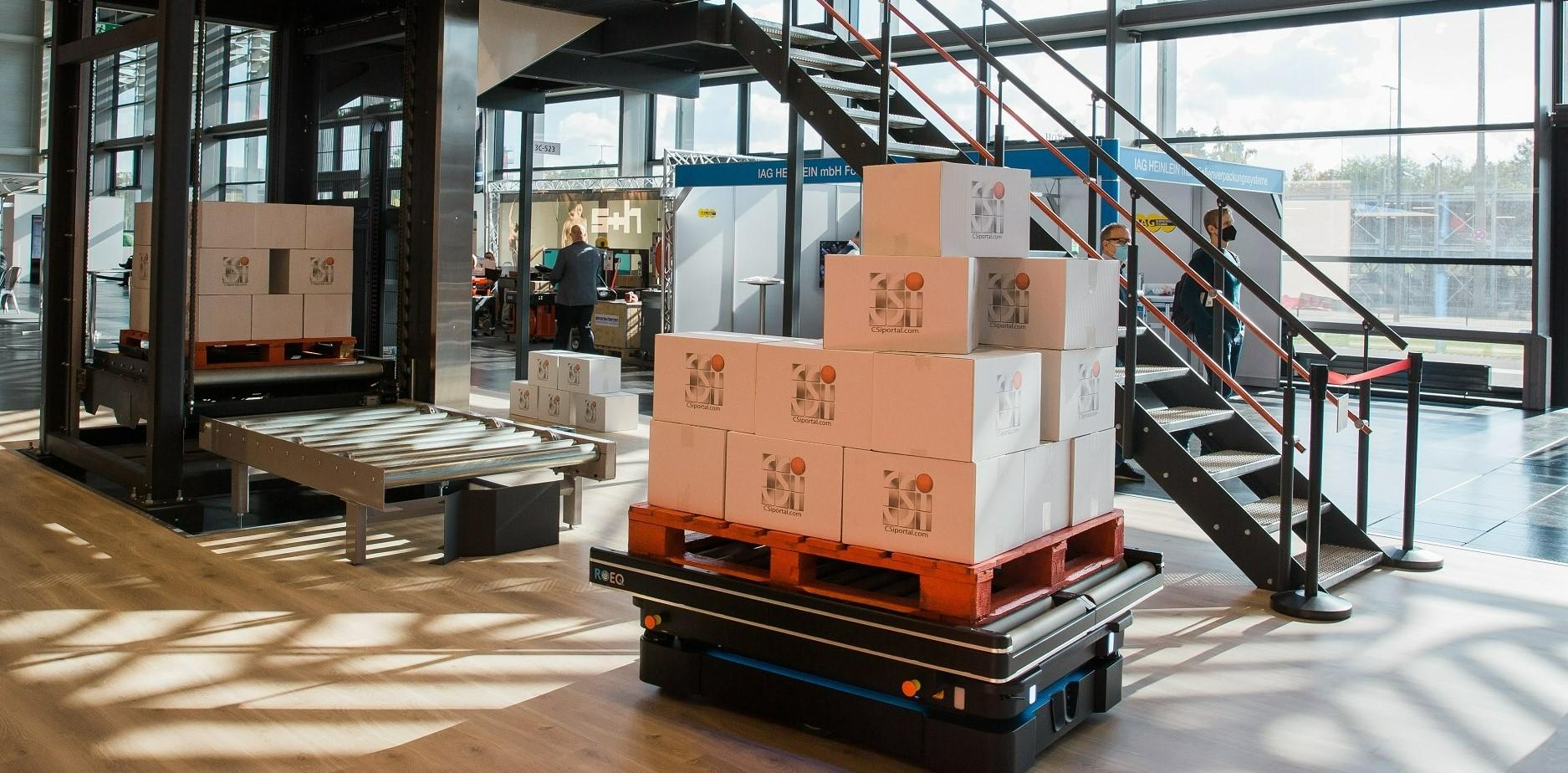Le robot MIR150 transportant des palettes dans un entrepôt.