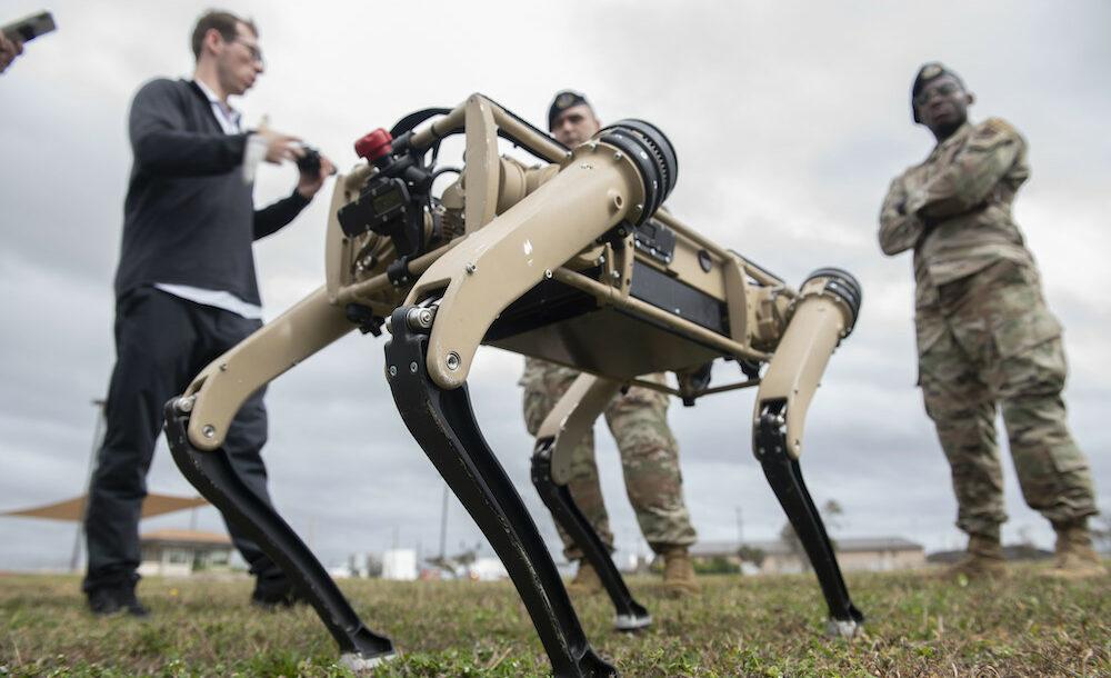 Le robot Spur entouré de militaires lors d'une présentation.