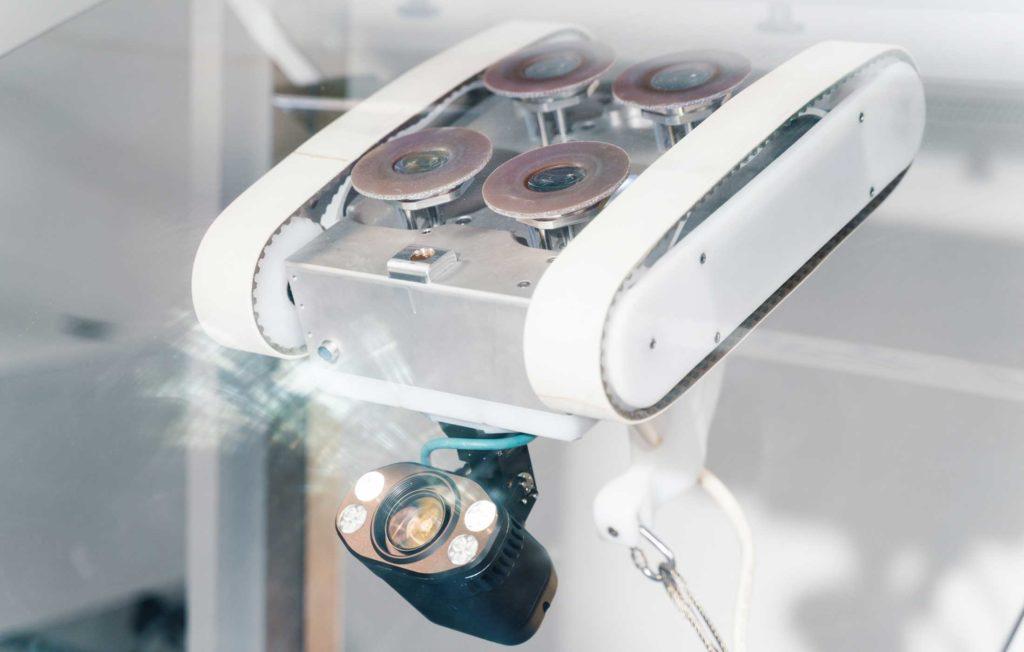 Le robot escaladeur de Invert robotics en cours d'inspection