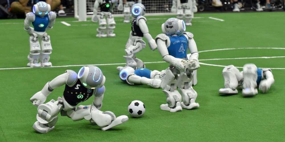 Des robots sur un terrain de foot lors de la Robocup de Sidney